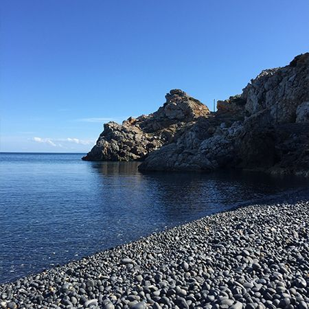 Τα Μάυρα Βόλια πολύ κοντά στην παραλία του Εμπορίου εντυπωσιάζει τον επισκέπτη με τα μαυρα ηφαιστειογενη βοτσαλα