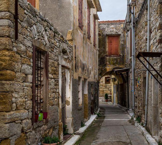 Στα στενά του παραδοσιακού Μεσαιωνικού χωριού της Κοινής στην Νότια Χίο