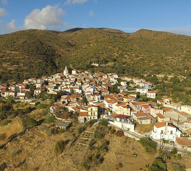 Το γραφικό χωριό Παρπαρία με τα πετρόχτιστα σπίτια