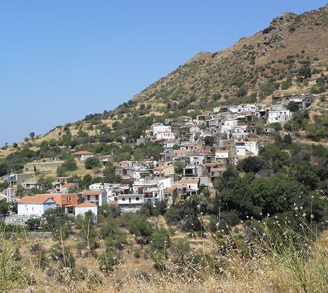 Σκαρφαλωμένο στην πλαγια το χωριό Τρύπες